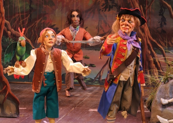 Puppet pirates on stage by Carlo Colla and Sons